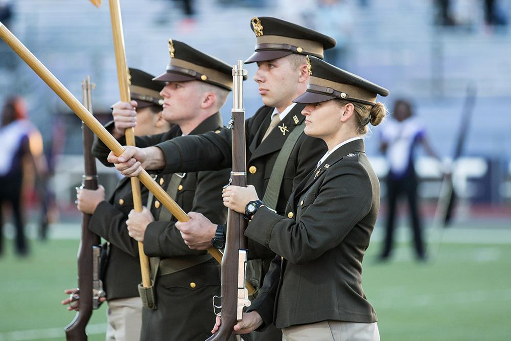 Tarleton ROTC presen ng the colors.