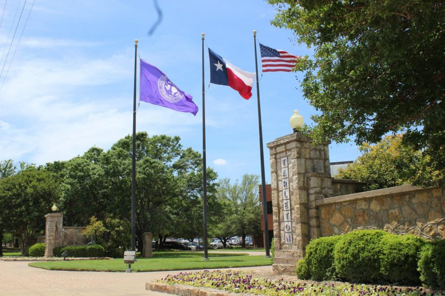 The+flags+flying+in+front+of+the+the+entrance+of+Tarleton+State+University.