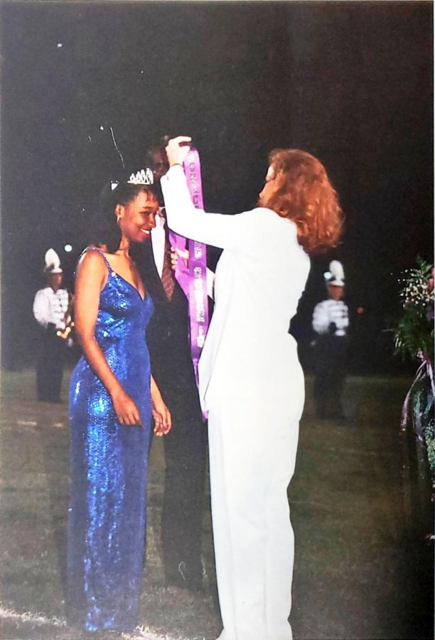 Robyn+Young+being+crowned+as+the+1993+Tarleton+Homecoming+Queen.